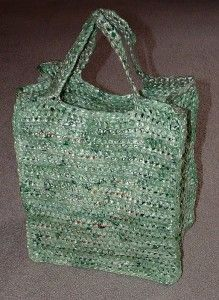 Crochet this green shopping bag using old recycled plastic bags. The plastic bags are cut into strips to create Plarn (plastic bag yarn.) I have the free pattern link here. Reuse Plastic Bags, Plastic Bag Crafts, Plastic Bag Crochet, Plastic Shopping Bags, Plastic Grocery Bags, Crochet Tote, Reusable Shopping Bags, Crochet Purses, Bead Crochet