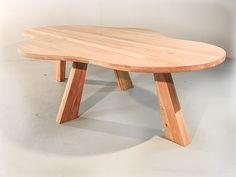 Ovale / Ronde design eettafel  De Paris is een prachtige, moderne en elegante ovale tafel. De combinatie van de eikentafelblad in combinatie met de eikenpoten geven deze tafel zijn kracht. De vorm is ovaal, maar de foto laat al prachtig de beweging in de tafel zien. Deze tafel is niet met 1 woord te beschrijven.