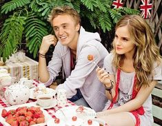 Draco and Hermione --- aaaaakkk they are so cute. Although it's so hard to ship Dramione with Draco character like that Harry Potter Jokes, Harry Potter Cast, Harry Potter Fandom, Harry Potter World, Harry Potter Ships, Hogwarts, Draco And Hermione, Hermione Granger, Ron Weasley