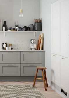 Discover a classic country kitchen with a stylish and modern design like that of Shaker White from HTH here. Kitchen Cost, Ikea Play Kitchen, Home Decor Kitchen, Country Kitchen, Home Kitchens, Scandinavian Kitchen Products, Home Interior, Kitchen Interior, Knoxhult Ikea