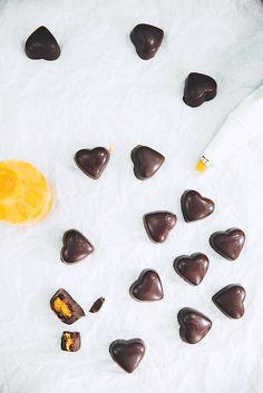 Saveurs Végétales: ► Petits chocolats noirs fourrés à la pâte d'amand...