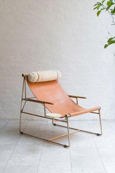 """Deck Chair  - Designer BDDW - Een eenvoudige design variant op een """"standstoel"""", een interessant frame en leer in allerlei kleuren en soorten te verkrijgen."""