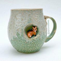 Canecas artesanais que vão deixar seu café mais feliz Fairy Land, Beautiful Hands, Art Lessons, Sculptures, Pottery, Mugs, Tableware, Handmade, Animals