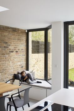 Window seat or banquette in kitchen Scenario Architecture have opened up the interior of their Victorian terraced house in north London and added a glazed extension at the rear Glass Roof Extension, Rear Extension, Extension Ideas, Kitchen Extension Windows, Kitchen Window Seats, Kitchen Extension Terraced House, Window Seat Storage, Kitchen Windows, Attic Storage