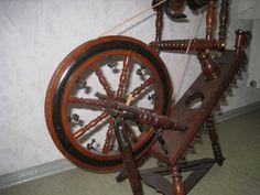 Das Spinnrad ist reichhaltig verziert mit vielen kleinen Glöckchen (sind alle noch vorhanden). es...,Ich biete ein wunderschönes Spinnrad ,Alter ist mir nicht bekannt in Bayern - Schwarzenbach a d Saale