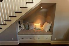 Kan ook onder een schuin dak ipv een trap. En ipv een bank kan je er een bed van maken.