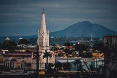 Igreja N. Sr.ª Auxiliadora e Morro de Santo Antônio. Cuiabá, Mato Grosso, Brasil. Foto: Paulisson Miura, 2013. Facebook || Flickr || Instagram || Tumblr || Twitter