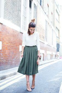 sandales, femme avec une jupe mi-longue verte, coiffure négligente