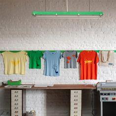 MADE iN KiT, En partant de matériau recyclé ou de récupération, nos créations explorent différentes techniques artisanales liées au papier et à l'impression. Des guirlandes lumineuses aux sweat-shirts Alphabête en passant par les calendriers photos, chaque objet est conçu de façon ludique pour le plaisir des grands et des petits!