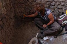 Pompei, fotogramma prima dell'eruzione.In bottega, vasi prima d'essere infornati..scoperta sorprendente!! Seguici per tutte le notizie sul sito archeologico.  #pompei #scavidipompei #archeologia #faunopompei #pompeiiruins #italy #bottegavasaio