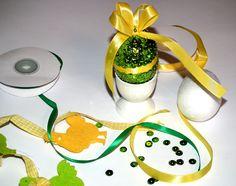 Dziś jajkowe inspiracje, najlepszy moment na wykonanie własnoręcznych ozdób, które mogą ozdobić wasze mieszkanie na święta. Idealne zajęcie dla dzieci. Proste do wykonania i efektowne. CEKINOWE PISANKI – DIY Potrzebujemy: styropianowe jajka – wielkość dowolna cekiny szpilki wstążka Wzór może być dowolny, tak samo jak i kolory, które wybierzecie. U mnie soczysta zieleń przełamana żółtą ...