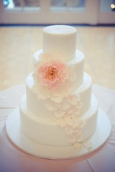 Ana Parzych Cakes  Textured fondant with a blush and gold sugar peony Photo by Binary Flips