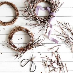 Tiny willow wreath DIY to use as a centrepiece on your Easter or Spring-inspired tablescape. Diy Spring Wreath, Diy Wreath, Spring Crafts, Dried Flower Wreaths, Dried Flowers, Willow Wreath, Deco Nature, Diy Ostern, Deco Floral