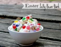 Got jelly beans and little helpers? Make jelly bean bark for family and friends. Medium size children chop the chocolate, mama melts the chocolate, and wee ones sprinkle the jelly beans on. Easter Candy, Easter Treats, Easter Food, Easter Stuff, Hoppy Easter, Jelly Beans, Easy Desserts, Dessert Recipes, Healthy Desserts