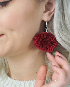 DIY Pom Pom Earrings Tutorial How to make your own DIY pom pom earrings<br> Need a DIY stocking filler for a friend? These pom pom earrings only take around half an hour to create and can be made in a variety of colour combinations. Crafts To Make And Sell, How To Make Wreaths, How To Make Earrings, Diy Earrings, Diy Stocking Fillers, Diy Christmas Earrings, Diy Stockings, Pom Pom Wreath, How To Make A Pom Pom