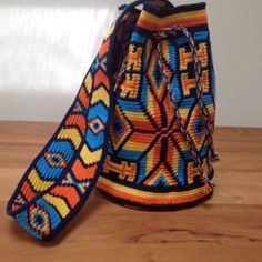 This bag is made with tapestry crochet. It's single crochet through the back loop and you carry all the colours. Change Colors In Crochet, Love Crochet, Single Crochet, Knit Crochet, Knitting Yarn, Hand Knitting, Mochila Crochet, Native American Design, Macrame Bag