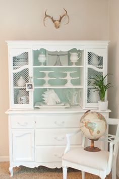 White & robbins egg blue ❤️ Domestic Fashionista: How to Paint Furniture the Correct Way Rearranging Furniture, Paint Furniture, Furniture Projects, Furniture Makeover, Dresser Makeovers, Furniture Dolly, Furniture Vintage, Repurposed Furniture, Bedroom Furniture
