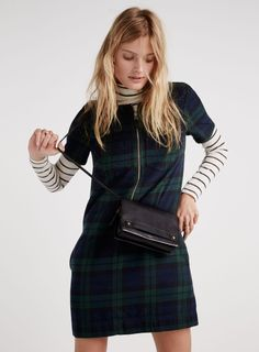 So far, the cold-weather months have been unseasonably warm on the US' east coast, and with its December 2015 lookbook, Madewell takes note of this. Light layering and cozy sweaters are key with the looks modeled by Constance Jablonski. From 1970s inspired flares to plaid prints to a classic fedora, the Madewell woman is ready …