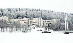 Tässä näette Jyväskylän yliopiston.Jyväskylän yliopisto on ainakin minun mielestä järvi-Suomen yliopisto.Ja tietenkin vielä se sijaitsee Jyväskylän isoimman ja hienoimman sillan lähellä.Kirjoitti Eetu