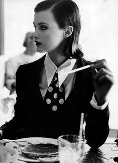 """Black & White"", Vogue US, mid Photographer : Pamela Hanson Model : Trish Goff Dandy Look, Dandy Style, Women Ties, Suits For Women, Pinup, Estilo Dandy, Pamela Hanson, Mein Style, Vogue Us"