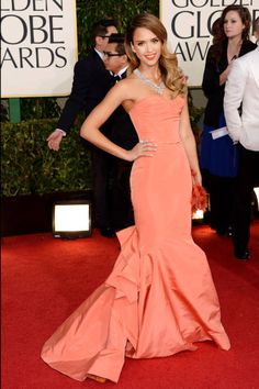 Pretty in peach for Jessica Alba in Oscar de la Renta, Golden Globes 2013