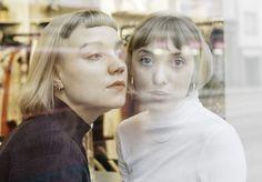 Hilla ja Inari -podcastin tekijät Hilla Körkkö ja Inari Nikkanen näyttävät, että on okei olla haavoittuvainen. Yksi tämän hetken kiinnostavimmista suomalaisista podcasteista Hilla ja Inari tarkastelee raikkaalla ja feministisellä otteella... Daenerys, Fictional Characters, Women, Fantasy Characters, Woman