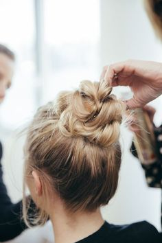 No olvides fijar tu peinado para que dure horas. #Cabello #HairStyle #TopKnot