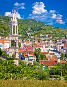 Omgeven door groen: de plaats Hvar in Kroatië. Een stad die heerlijk is om te bezoeken tijdens je roadtrip. Zie voor meer reisinspiratie het blog van Sunny Cars https://blog.sunnycars.nl/tag/kroatie/
