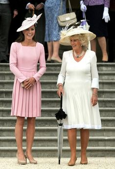 Kate Middleton Photos - Catherine, Duchess of Cambridge and Camilla, Duchess of Cornwall (R) attend a garden party at Buckingham Palace on May 2012 in London, England. - Queen Elizabeth II Hosts A Garden Party At Buckingham Palace Moda Kate Middleton, Princesse Kate Middleton, Estilo Kate Middleton, Kate Middleton Photos, Kate Middleton Style, Princesa Real, Princesa Kate, Estilo Real, Duchess Of Cornwall