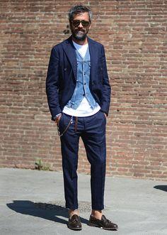 ネイビーのコットンスーツはウィンドウペーンチェックがとっても洒脱。さらにデニムジャケットデザインのジレを合わせて、アクセントにしている点が上手ですね。 ※29 Jun. 2016 at Karl Edwin Guerre(http://guerreisms.com) Snap LEONで...