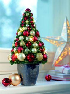 ideen Fensterdeko zu Weihnachten künstlicher weihnachtsbaum aus kugeln