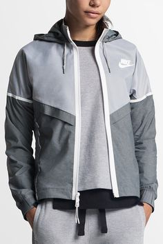 The NikeWomen Bonded Windrunner is an iconic running jacket with a stylish twist — soft taffeta fabric in greyscale hues, with mesh panels for keeping it cool.