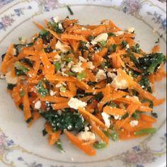 Salada: cenoura crua ralada, folhas de esfinafres refogadas em tempero de ervas finas e ricota amassada.