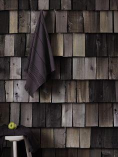 Säväytä ihanalla päreseinällä. Käsittelemällä päreet hieman erisävyisiksi esimerkiksi Supi Artict Saunasuojalla saat seinästä todella upean. Supi Arctic on helmiäispigmenttiä sisältävä saunasuoja, jolla voi loihtia saunaan ylellisiä, hennosti kimmeltäviä puupintoja. Se sopii myös muiden saunan seinäpintojen sävyttämiseen.