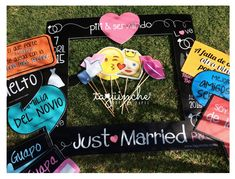 Letreros para boda con emojis www.taguinche.com Party Frame, Diy Canopy, Wedding Frames, Photo Booth Props, Just Married, I Party, Wedding Details, Wedding Reception, Bridal Shower