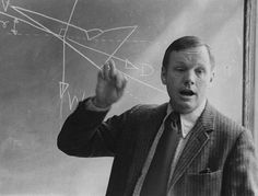 35 Rare Historical Photos - Professor Neil Armstrong teaches an aerospace engineering class at the University of Cincinnati. Only 5 years after being the commander of Apollo the first manned moon landing mission in July, Moon Missions, Apollo Missions, Astronauts In Space, Nasa Astronauts, Neil Armstrong Biography, Engineering Classes, Rare Historical Photos, Rare Photos, University Of Cincinnati