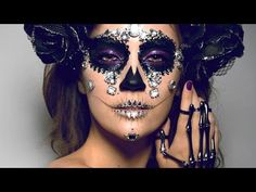 """Need help with your Day of the Dead makeup for halloween this year? We found the… Need help with your Day of the Dead makeup for halloween this year? We found the best makeup tutorials to achieve the Day of the Dead """"sugar skull"""" look here. Sugar Skull Halloween, Cool Halloween Makeup, Halloween Kostüm, Vintage Halloween, Sugar Skull Costume, Halloween Costumes, Pretty Halloween, Candy Skull Makeup, Candy Skulls"""