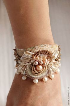 Bead Embroidered Bracelet, Bead Embroidery Jewelry, Textile Jewelry, Fabric Jewelry, Beaded Embroidery, Antique Jewellery Designs, Beaded Jewelry Designs, Jewelry Crafts, Jewelry Art