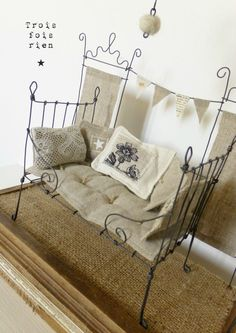 Wire, wire, wire bed, next to nothing, a little corner to dream II Tiny Furniture, Barbie Furniture, Miniature Furniture, Dollhouse Furniture, Dollhouse Kits, Vintage Dollhouse, Dollhouse Miniatures, Sculptures Sur Fil, Ann Wood