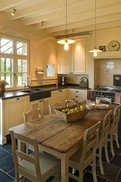 Tafel centraal in keuken ipv kookeiland, waardoor ouderen ook deel kunnen nemen aan het kookproces (passief en actief). In woonkeuken 2 tafels.: