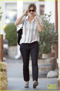 Jennifer Garner cracks up during a phone conversation while stopping by the Brentwood Country Mart on Thursday (October 23) in Santa Monica, Calif.