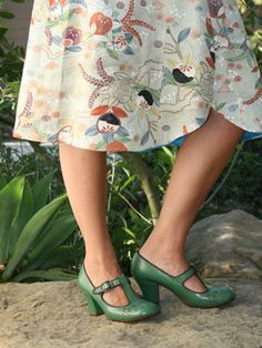 Chie Mihara Gina Heel in verde green Pretty Shoes, Beautiful Shoes, She Walks In Beauty, Vide Dressing, Decorated Shoes, Green Shoes, Printed Skirts, Me Too Shoes, Vintage Inspired