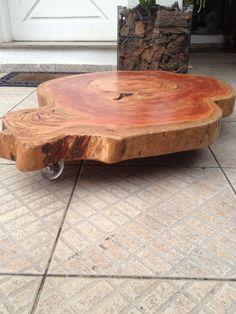 Mesa em eucalipto Vermelho medindo raio de aprox: 94 cms , peso de 44 kgs e rodízios  transparentes de silicone com travas.