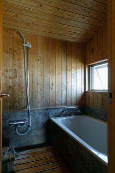 ヒノキ板張りの浴室は、木の香りが心地よい。