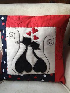 Pillow Crafts, Diy Pillows, Fabric Crafts, Sewing Crafts, Decorative Pillows, Sewing Projects, Throw Pillows, Patchwork Pillow, Applique Quilts