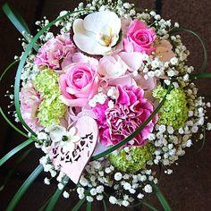 Taas onnitellaan kukkakimpulla  nyt valkoista ja pinkkiä  Again conratulation with #bouquet  now white and pink #flowers  #kukat #blommor #kukkakimppu  #ruusu #rose #hortensia #neilikka #sydän #heart  #carnation  Kukkiamme voi tilata myös verkkokaupasta http://meritorni.ekukka.fi