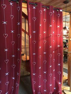 Un rideau magnifique à l'allure moderne et montagne à la fois.. confectionné en France :) #rideaux #montagne #coeur #guirlande #rouge #red #rosso