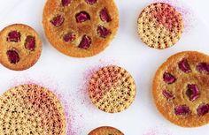 KARAMEL. De syrlige rabarber er fantastiske med den søde karamelcremeux, som smager fantastisk: Cremeux har den helt særlige egenskab, at den smelter ved 37 grader. Samme temperatur, som vi har i munden. Det gør den legende let og lækker at spise. Foto: Maja Ambeck Vase