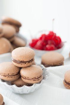 Macarons são tipo uma preciosidade da confeitaria francesa. Seu sabor delicado e formato único os tornam perfeitos para presentear aquela pessoa querida. Vale cada minuto da preparação, você vai ver. Food Styling: Danielle...