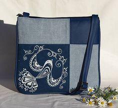Kabelka s výrazným prvkom motívu inšpirovaného folklórom z pravej modrotlače nie len pre milovníčky folklóru. Takú musíš mať!! :D Táto jedinečná kabelka vznikla kombináciou ručne maľovaného...